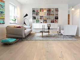 <b>LANGT OG BREDT:</b> Lange, brede plank gir gulvet et rolig, helhetlig inntrykk.
