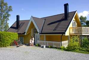Nymalt hjemme hos Tale Henningsen. Den strågule fargen ga huset en tydeligere karakter og harmonerer godt med det sorte taket og eggehvite vinduer.