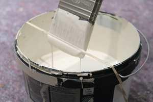 <b>STREKK STRIKKEN:</b> En strikk rundt malerspannet gjør det enkelt å tørke av penselen når du maler.