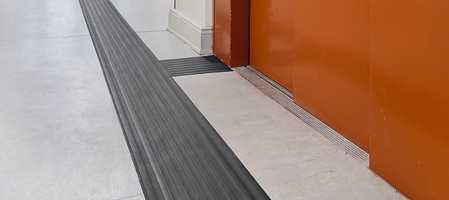 Taktile deler av gulvet, et gulvmateriale som kan føles med blindestokk, kan hjelpe synshemmede i å orientere seg på offentlige plasser. For å hjelpe bør slike ledelinjer også skille seg visuelt fra det øvrige gulvet.