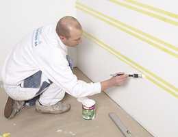 Forsegle tapen ved å male over kantene med bunnfargen.