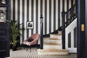 <b>I STRAM GIVAKT:</b> Her er det striper med stor S! Tapetet følger linjene til trappens stolpe og gelender. Cole & Son, Marquee Stripes. (Foto: Borge)