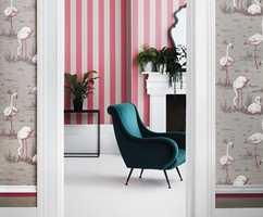 <b>FREKK KOMBINASJON:</b> Striper i rosa og grått. Fargene finnes i tapetet i front, og gjør at uttrykket ikke blir for urolig. Cole & Son, Marquee Stripes. (Foto: Borge)