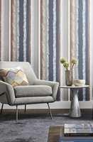<b>MIKS:</b> En miks av stramme og «løsere» striper i flere farger gir en spennende bakgrunn for mange interiører. Harlequin Entity. (Foto: Tapethuset)