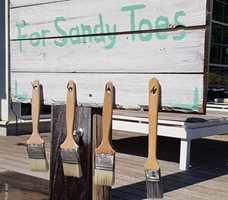 <b>PENSEL TIL ALLE:</b> Malerpensler på stranden er smart om du vil fjerne sand og støv fra føttene. Dessuten er det smart gjenbruk av pensler.