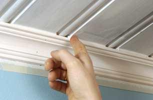 Massen kan etterslettes med en fuktig svamp eller fingeren. NB! Nye paneltak bør stå et år før de fuges.