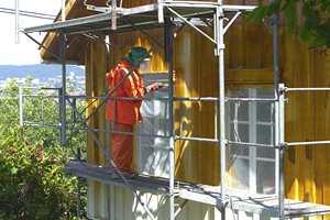 Når fasaden får sin regelmessige rengjøring, er det samtidig naturlig å vurdere malingsfjerning og ommaling.