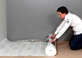 Underlagsmaterialer kan du få med og uten fuktsperre - og med og uten lyddemping.