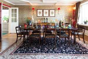 <b>SPISESTUE:</b> Finn er trendy og satser på gjenbruk. Teppet og møbler i spisestuen har mange flotte selskaper bak seg – og er klar for ny tjeneste i kompani med husets gulltapet.