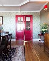 <b>STATEMENT:</b> Den røde døren i spisestuen er et skikkelig statment-smykke. Den tar opp fargen fra to plassbygde vitrineskap på motsatt vegg. Døren er malt med blank maling i farge Mystical Antibes fra Nordsjö.