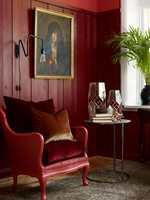 <b>TON-I-TON:</b> Her er ton-i-ton-oppskriften fulgt, rødt i flere nyanser, på myke, harde, tyngre og lette materialer. Den grønne planten kommer inn som selve prikken over i-en. (Styling: Christine Hærra, Foto: Fargerike)