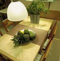 Bordet gir god plass til fire og kan utvides med lem og gi plass til åtte. Bordet er lakkert bjerk med hjul på to av bena. Det gjør det enkelt å flytte.