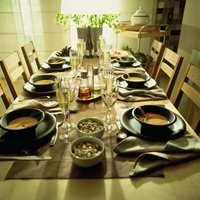 Bordet er dekket til seks. En japaninspirert stil preger borddekkingen og resten av rommet.