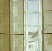 Transparente gardiner i flere lager spennende lysvirkninger i rommet.