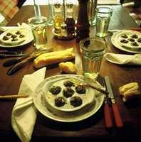 Franske fornemmelser merkes i menyvalget: Gratinerte snegler med hvitløk- og persillesmør.