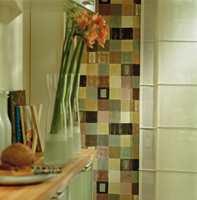Tykk bomullgardin med dempete farger går godt til den lette gjennomskinnelige polyesterkvaliteten. Detaljene som dekorerer rommet er stramme og enkle.