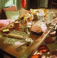 Allrommet er til for å brukes. Langbordet gir plass til baking og matlaging.