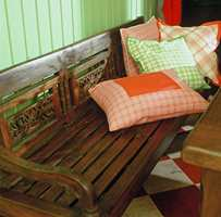 Benk og langbord gir plass til mange. Puter med ruter følger opp fargesettingen på kjøkkenet.