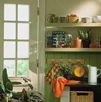 Åpne hyller fremhever gode bruksting og virker lettere i innredningen enn lukkede skap.