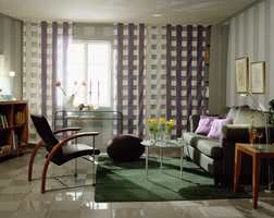 Striper, ruter og runde former som står mot hverandre er kontrastfylt, men gir likevel et rolig inntrykk. Her er stuen for den som liker det minimalistisk og kjølig.