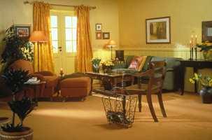 Fargerikt og klassisk, hvor mørke møbler blir kombinert med sterk fargesetting for å gi lys og varme.