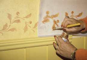 Bladranken langs brystningslisten er malt på med sjablonpensel.