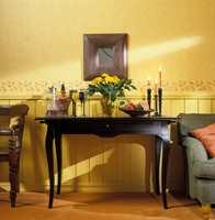 Sortmalt bord med elegant svungne linjer passer fint i miljøet samtidig som det er en spennende stilkontrast.