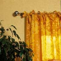 Enkelt og dekorativt gardinoppheng. Lange bånd (minst 65 cm) er sydd på med jevne mellomrom og knyttet rett på gardinstangen.