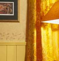 Gardinen er i kraftig bomull. Tapetet er matt, har en fin, myk struktur og sjatteringer som gir det populære skjoldete utseende.