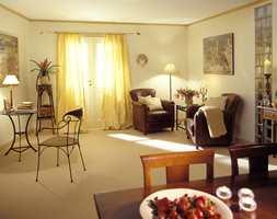 Mørke møbler, tidløse former er satt inn i en lysere og lettere ramme.