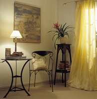 Møblene er i jern og har en brun overflate. Jern, kurv og silke gir spennende kontraster i en tradisjonell stil. Gardinfagene er subbeside og uforet.