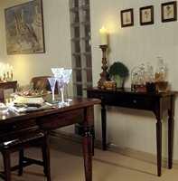 Tradisjonelle italienske spisestuemøbler. Her er et bord i poppel, stoler i lønn og konsollbord i nøttetre.