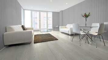 På stuegulvet ligger SAGA Express Wide G5 Geneve og veggene er kledd med Smartpanel Antikk Struktur V-fas Tåkedis.