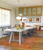 Det gamle furubordet ble malt grått, og nye, praktiske spisebordstoler som kan stables oppå hverandre gir sitteplass til flere.