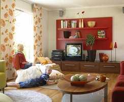 To vegghyller fra IKEA skrus fast på en MDF-plate og males rød. En spennende fargeklatt som gir stuen karakter.