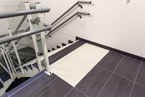 Universell utforming er i dag et krav fra bygningsmyndighetene, blant annet markante kontrastfelt ved trappene.