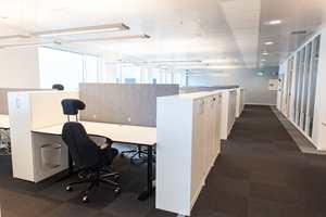 I de større kontorlandskapene kommer teppeflisene til sin rett. Her får alle arbeidsro ettersom interiørarkitektene har valgt teppefliser; her er valgt Converse 100 fra Modulyss.