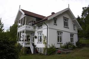 Sveitserhus i Son, hvitmalt, slik vi er vant til å se husene i dag. De karakteristiske vinduene har fått en mild gråfarge på omrammingene.