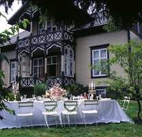Villa Snøringsmoen i Lillesand ble ført tilbake til sin opprinnelige stil og farger. Her er farget glass i verandaen, markerte konstruksjonsdetaljer, høye vinduer og spisst tak med store utstikk.