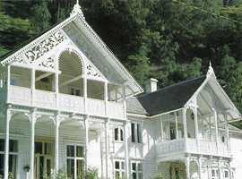 Detalj av Husum hotell i Lærdal i rikt utskåret sveitserstil fra 1887. Legg merke til hvor vakkert det gjennombrutte treverket løser opp den store, tunge husformen. Mønet ble fremhevet med en dekorativ spiss.