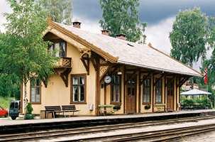 Krøderen stasjon i karakteristiske farger fra tiden.