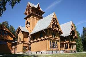 Villa Fridheim er i dag eventyrmuseum. Det ble bygd som sommerhus for en trelasthandler i 1892, og var senere hotell. Bygningen er tegnet av Herman Major Backer og viser stilen rett før den går over i Dragestil.