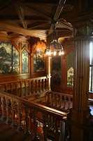 Trappeoppgangen i Villa Fridheim. Treverket skulle være blankt, gyllent og flott utformet. Stilen viser alt hva tre som materiale er god for og kan formes til.