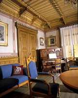 Møblement i polert eik i stilen Nygotikk fra en stue på Skøyen i Oslo i 1860. (Nå på Norsk Folkemuseum). Pianoet var statussymbol. Det ble gjerne stilt skrått i rommet. Man mente at