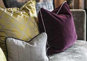MATERIALMIKS: Blanke, matte, tørre og glatte tekstiler i forskjellige kvaliteter og strukturer.
