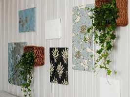 Lerreter i ymse størrelser er dels trukket med tapetrester, dels dekorert av familien.