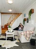 Familiens nye, hyggelige rom – kombinert hall, lekerom og gjesterom.