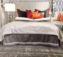 <b>INTERIØRELEMENT</b> Her er sengeskjørtet fremhevet som en del av interiøret. (Foto: Chera Westman/ifi.no)