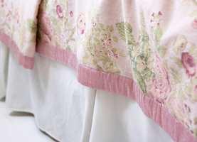 <b>ROMANTISK</b> Et hvitt bomullstekstil er sydd med brede legg, og danner en kappe med bevegelse, som skjuler sakene under sengen. (Foto: Frode Larsen/ifi.no)