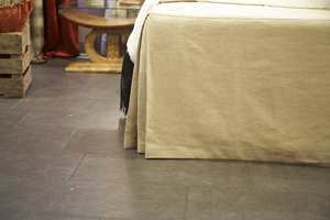 <b>ELEGANT FORKLEDNING<b> Sengeskjørtet skjuler en rammemadrass, men det skulle ingen tro… (Foto: ifi.no)
